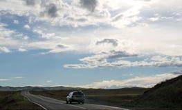 Droga w stepie pod niebieskim niebem z bielem chmurnieje Sayan góry Syberia Rosja Zdjęcia Royalty Free