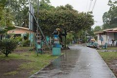 Droga w tortuguero wiosce przy dżdżystą pogodą, Costa Rica zdjęcie stock