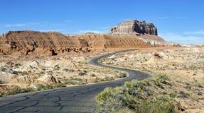 Droga wiatry przez pustynia krajobrazu Fotografia Stock