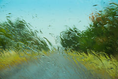 Droga widzieć przez mokrej samochodowej przedniej szyby obraz royalty free