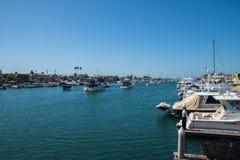 Droga wodna blisko balboa wyspy z mnogimi przyjemno?ci ?odziami dokowa? wzd?u? stron i w centrum droga wodna zdjęcia royalty free