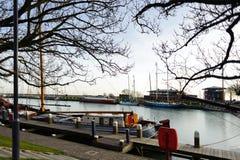 Droga wzdłuż mola z łodziami w starym mieście holandie Zdjęcia Stock