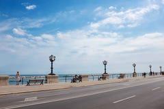 Droga wzdłuż morza i niebieskie niebo z chmurami w lecie w Europa obrazy royalty free