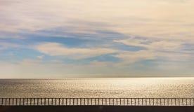 Droga wzdłuż pogodnego morza Zdjęcia Stock