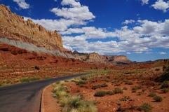 Droga wzdłuż przechylającego geologicznego fałdu, sekwencja osadowa skała zdjęcia stock