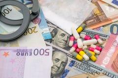 Droga y sustancias prohibidas con las esposas en dólar y euro Foto de archivo libre de regalías