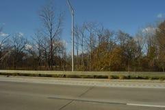 Droga z drzewami na stronie z jasnymi błękitnymi skys obrazy stock