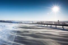 Droga z śniegiem w obszarze wiejskim Obraz Royalty Free