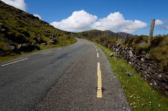 Droga z ogrodzeniem w Ireland Obrazy Stock