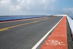 Droga z rowerowym pasem ruchu na moscie nad rzeką Obrazy Stock