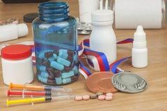 Drogando nello sport Abuso degli steroidi anabolizzanti per gli sport Steroidi anabolizzanti rovesciati su una tavola di legno Immagini Stock Libere da Diritti