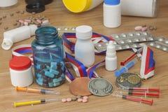 Drogando nello sport Abuso degli steroidi anabolizzanti per gli sport Steroidi anabolizzanti rovesciati su una tavola di legno Fotografie Stock