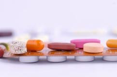 Drogas coloridas na parte superior uma medicamentação embalada Fotos de Stock