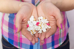 Drogas de las tabletas en manos de las mujeres Imagen de archivo libre de regalías