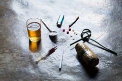 Drogas de vários tipos e dos crânios humanos no assoalho, coleção fotografia de stock