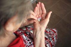 Drogas en las manos de la mujer mayor Foto de archivo libre de regalías