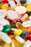 Drogas medicinais, comprimidos e cápsulas nas cápsulas e tabuletas do close-up no fundo branco Imagem de Stock