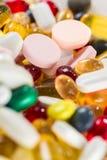 Drogas medicinales, píldoras y cápsulas en cápsulas y tabletas del primer en el fondo blanco Imagen de archivo