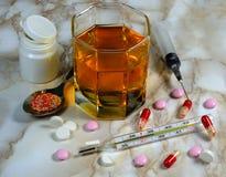 Drogas, píldoras de la farmacia, jeringuilla, termómetro Fotografía de archivo libre de regalías