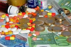 Drogas, píldoras y dinero Foto de archivo