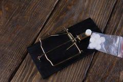 Drogas prendidas em uma ratoeira Conceito da toxicodependência Foto de Stock