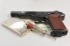 Drogas, syrine con sangre, pistola y dinero en gris imagenes de archivo