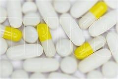 Drogas, texto y píldoras fotos de archivo