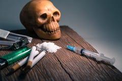 Drogas y cráneo en el piso de madera viejo Fotografía de archivo