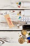 Drogas y medallas en la madera imágenes de archivo libres de regalías