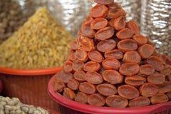 Droge abrikozen in de markt Stock Foto's