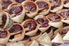 Droge areca noot of pinangnoot of areca catechu klaar voor het kauwen stock afbeelding