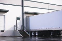 Droge bestelwagen semi aanhangwagen die en commerciële lading in w laden leegmaken royalty-vrije stock afbeelding