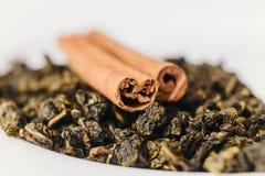 Droge bloemblaadjes groene thee en pijpjes kaneel Royalty-vrije Stock Afbeeldingen