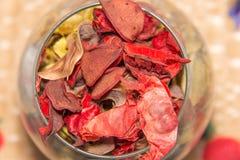 Droge bloembladeren in een glas Royalty-vrije Stock Afbeeldingen