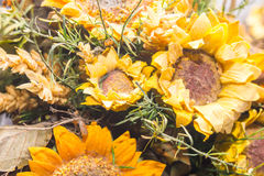 Droge bloemen in de voorgrond, boeketten van droge bloemen, bloemstuk Stock Foto