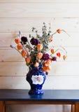 Droge bloemen in een donkerblauwe vaas Royalty-vrije Stock Foto's