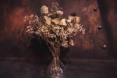 Droge bloemen in een glaskruik stock afbeelding