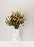 Droge bloemen in porseleinvaas Stock Fotografie