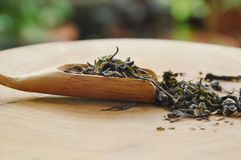 Droge Chinese theebladen in lepel op karbonadeblok Royalty-vrije Stock Afbeeldingen