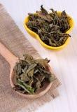 Droge citroenbalsem met lepel en kom op houten lijst, herbalism royalty-vrije stock afbeeldingen