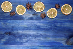 Droge citroenplakken met steranijsplant op blauwe houten lijst Royalty-vrije Stock Foto
