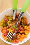 Droge deegwaren van verschillende kleuren in een witte kom Stock Foto
