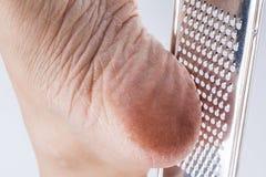 Droge dichte omhooggaand van de hielenvrouw geïsoleerd op witte achtergrond Royalty-vrije Stock Foto