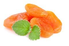 Droge die abrikozen met muntbladeren op witte achtergrond worden geïsoleerd Royalty-vrije Stock Afbeeldingen