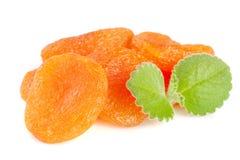 Droge die abrikozen met muntbladeren op witte achtergrond worden geïsoleerd Stock Fotografie