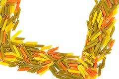 Droge die macaroni op witte achtergrond wordt geïsoleerd Vierkant kader van deegwaren met vrije ruimte voor tekst stock afbeeldingen