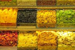 Droge die vruchten en notenmengeling bij de markt wordt verkocht Stock Fotografie