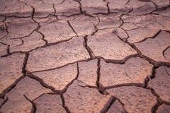 Droge en gebarsten modder dicht omhoog in Thailand stock fotografie