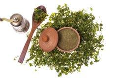 Droge en gemalen selderiegreens in een houten kruik Stock Foto's