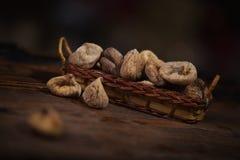 Droge fig. in een kleine mand op houten achtergrond Royalty-vrije Stock Afbeeldingen